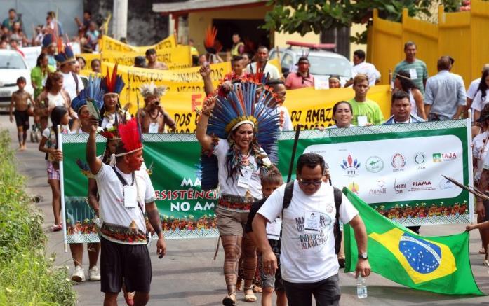 Depois de percorrer as ruas do bairro da União, os indígenas ocuparam a entrada da ALE com faixas que pediam a garantia de direitos como saúde e educação.